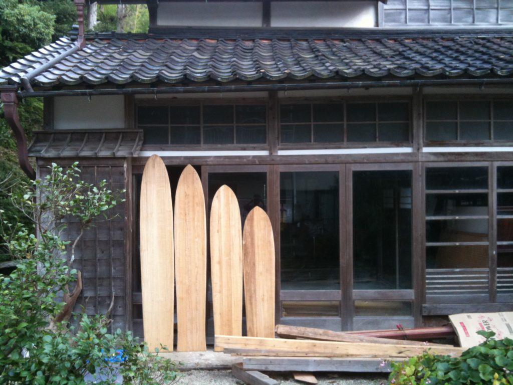 2009年、自宅裏山の桐の木で制作した4本のアライア